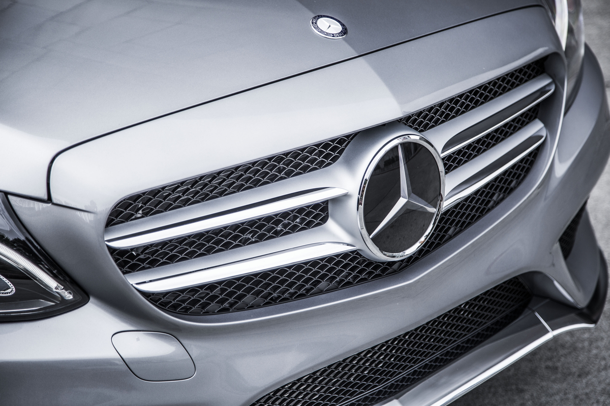 2015-mercedes-benz-c-class-sedan-front-end-with-mercedes-benz-logo