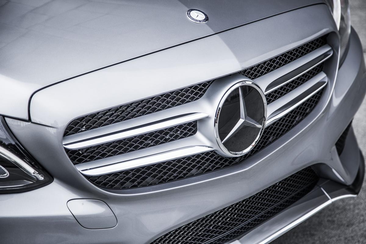 2015-mercedes-benz-c-class-sedan-front-end-with-mercedes-benz-logo